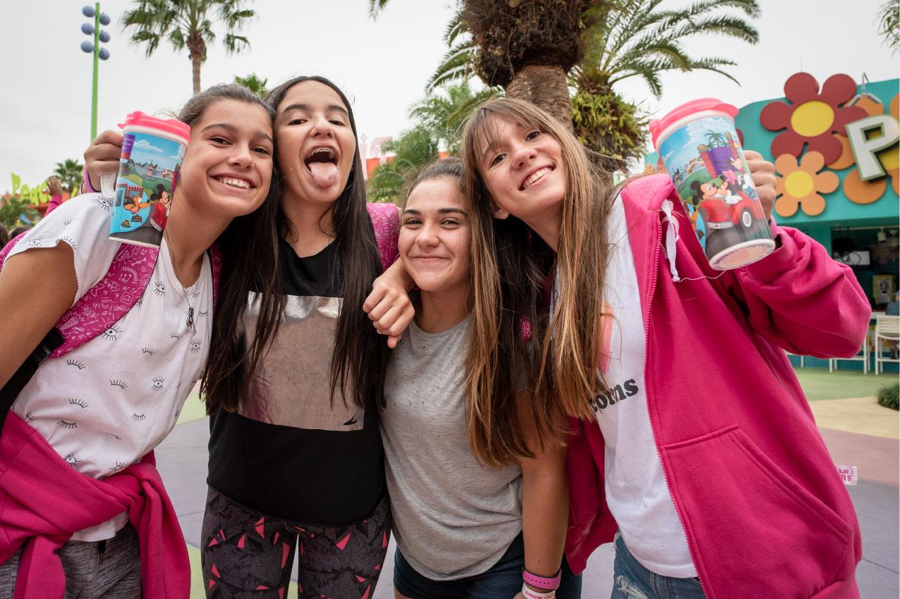 Chicas con Disney's Gift Card y Mugs en su viaje de 15